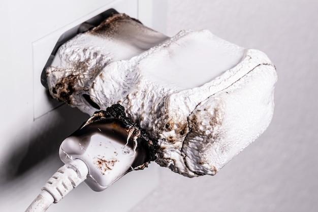Smartphone-ladegerät in steckdose kurzgeschlossen