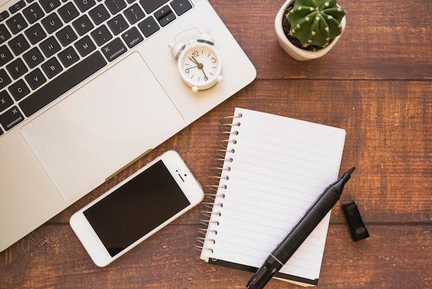 Smartphone, laptop und notizbuch