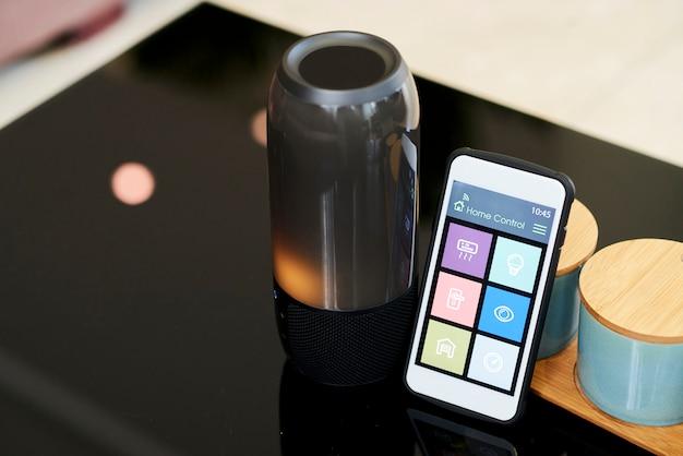 Smartphone mit drahtlosem lautsprecher