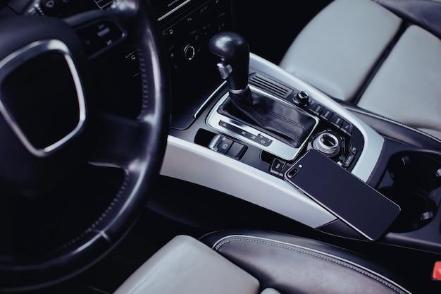 Smartphone mit dual-kamera im innenraum eines autos