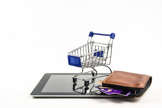 Smartphone mit einkaufswagen auf weißem hintergrund