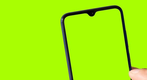 Smartphone mit grünem bildschirm und hintergrund zum zuschneiden