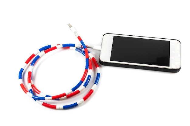 Smartphone mit kabelladegerät auf weißer oberfläche