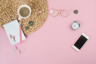 Smartphone mit Kaffeetasse und Notizblock auf Tabelle