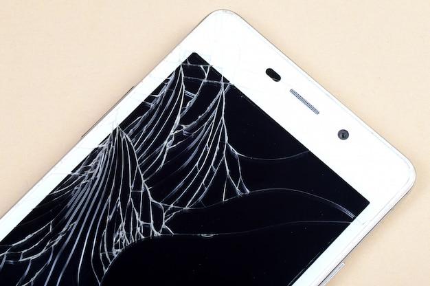 Smartphone mit kaputtem bildschirm
