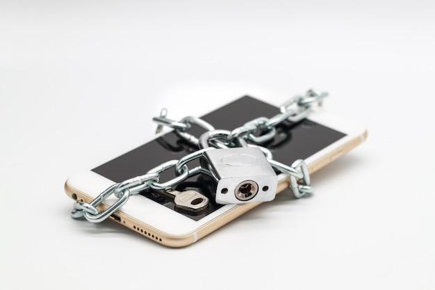 Smartphone mit kettenschloss und geld isoliert