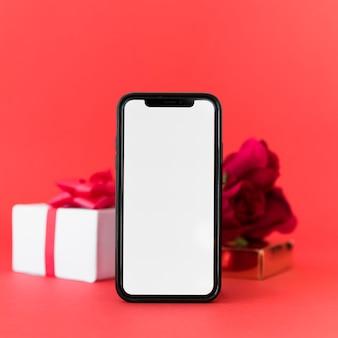 Smartphone mit leerem bildschirm und geschenk