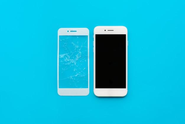 Smartphone mit rissigem schild aus gehärtetem glas