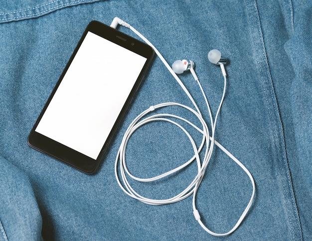 Smartphone mit schwarzer hülle und leerem weißen bildschirm