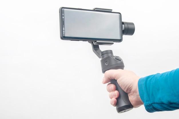 Smartphone mit stabilisator auf weißem hintergrund