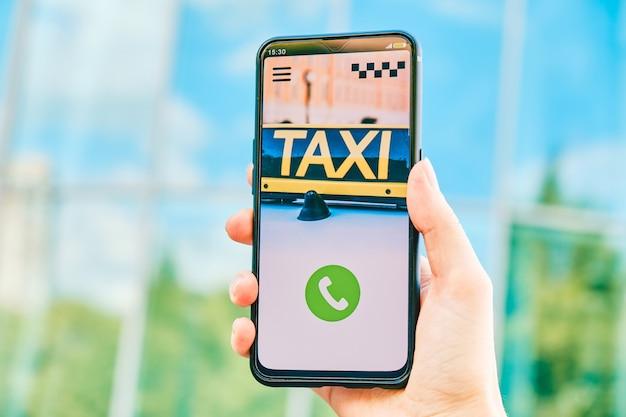 Smartphone mit taxi app zum klingeln und anrufen