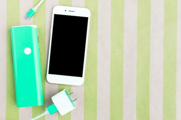 Smartphone mit usb-ladekabeln und akkubank in der draufsicht