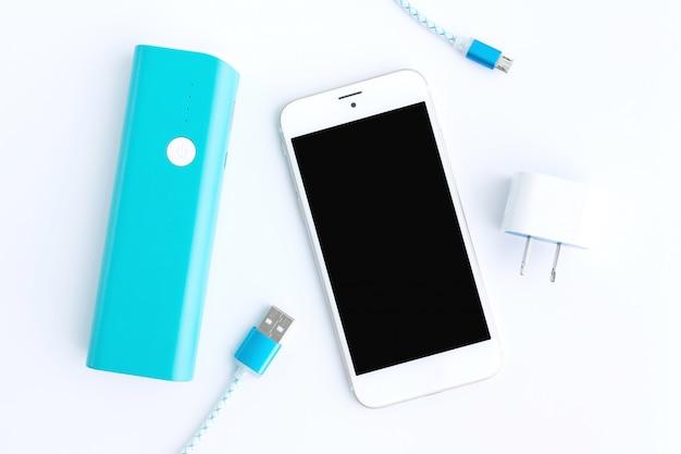 Smartphone mit usb-ladekabeln und akkubank