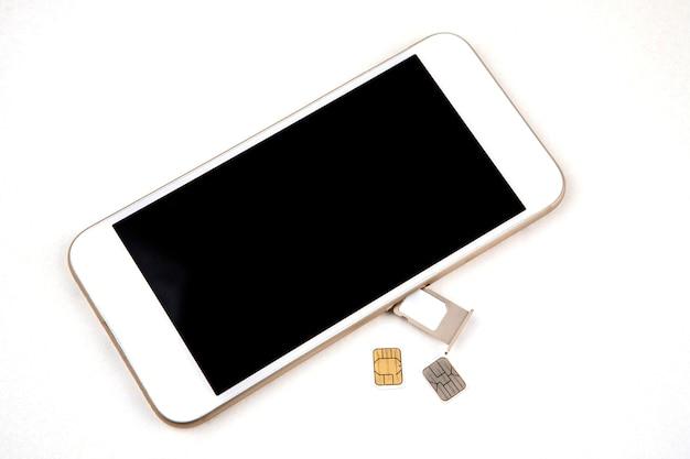 Smartphone mit usim-karte auf weiß