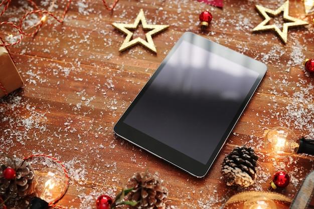 Smartphone mit weihnachtsdekoration