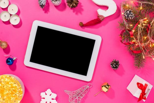 Smartphone mit weihnachtsschmuck