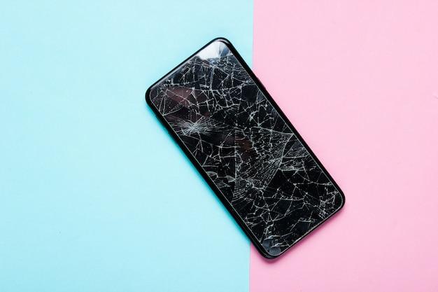 Smartphone mit zerbrochenem schutzglas. draufsicht