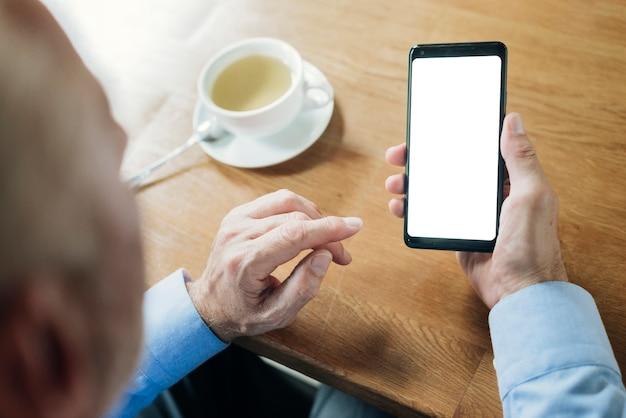 Smartphone-modell des alten mannes der nahaufnahme