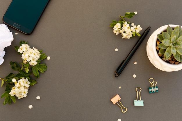 Smartphone-modell und frühlingsblumenrahmen. frühlingshintergrund mit handy. kopieren sie platz.