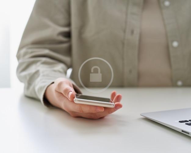 Smartphone-schutz mit zwei-faktor-authentifizierung cybersicherheit und datenschutz in digitaler form