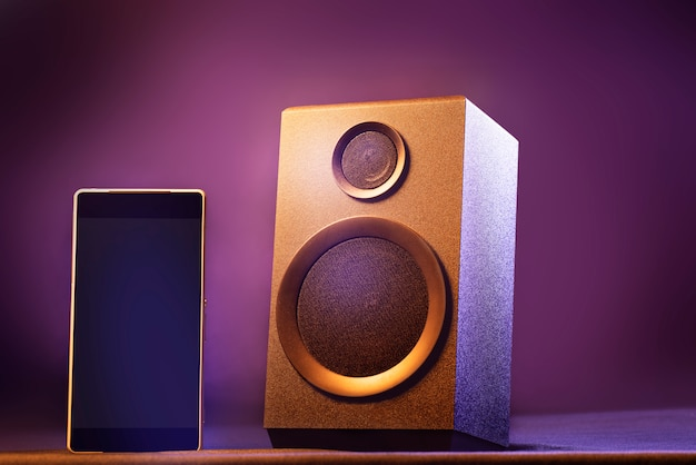 Smartphone und bluetooth-lautsprecher