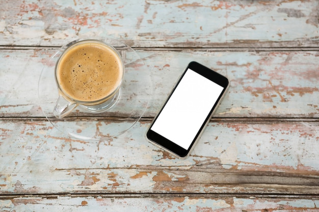 Smartphone und eine tasse kaffee