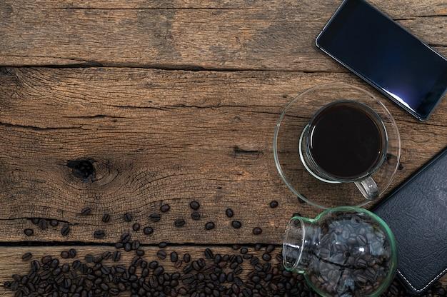 Smartphone und kaffee auf dem schreibtisch