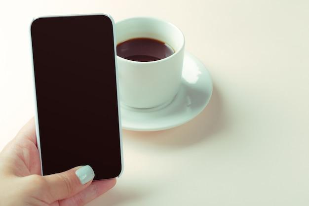 Smartphone und kaffee auf dem tisch