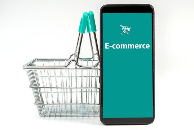 Smartphone und kleiner einkaufskorb isoliert auf weißem hintergrund, internet-shopping-konzept