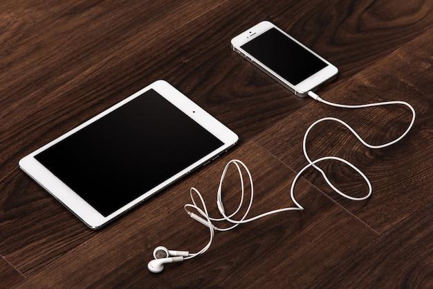 Smartphone und tablet mit kopfhörern