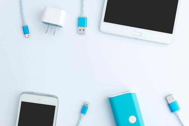 Smartphone- und usb-kabelladegerät mit kopienraum