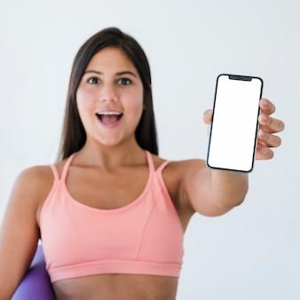 Smartphone-vorlage mit yoga-konzept