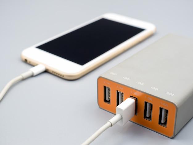 Smartphone wird mit multiport-usb-netzteil aufgeladen
