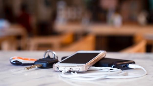 Smartphone wird per powerbank mit den schlüsseln aufgeladen