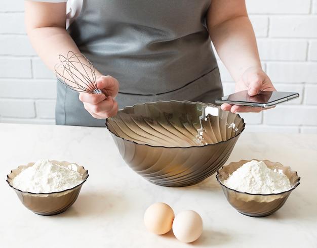 Smartphone zum kochen von apps anzeigen. rezept kochen von ihrem telefon.