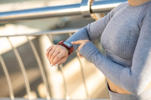 Smartwatch. nahaufnahme bild der weiblichen hand mit einer smartwatch drauf