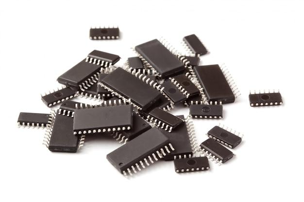Smd-elektronikchips im soic-gehäuse liegen oben