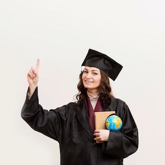 Smiley-absolvent, der globus hält