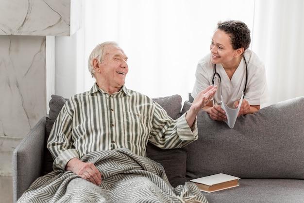 Smiley älterer mann, der mit arzt spricht