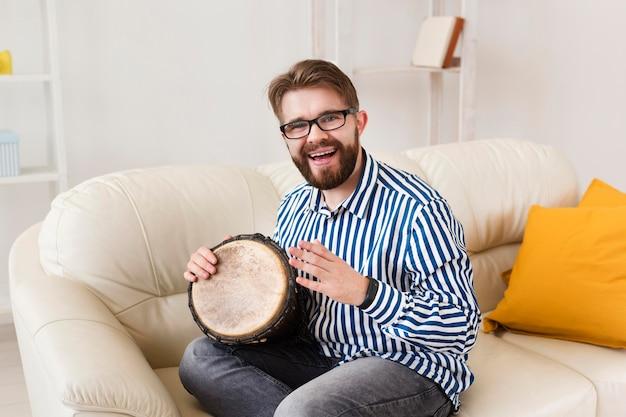 Smiley auf sofa mit trommel