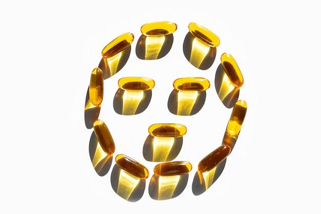 Smiley aus gelatine-weichgelen kapseln mit omega-3-fetten auf weiß