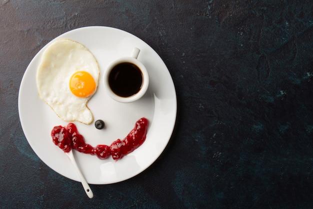 Smiley aus spiegelei und kaffeetasse