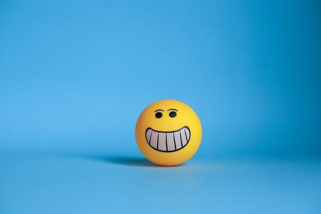 Smiley-emoticon lokalisiert auf blauem hintergrund