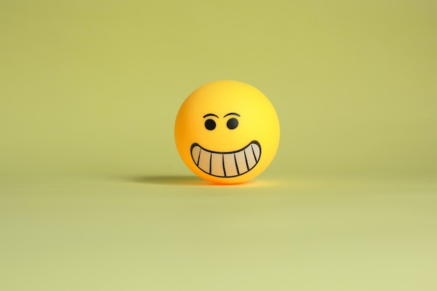 Smiley-emoticon lokalisiert auf gelbem hintergrund