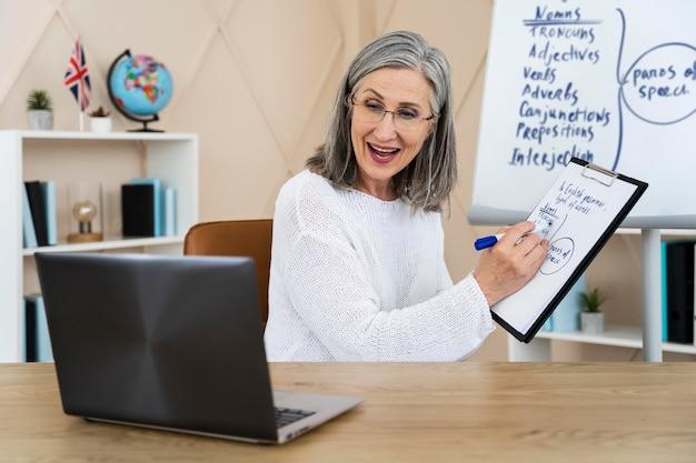 Smiley englischlehrerin macht online-unterricht