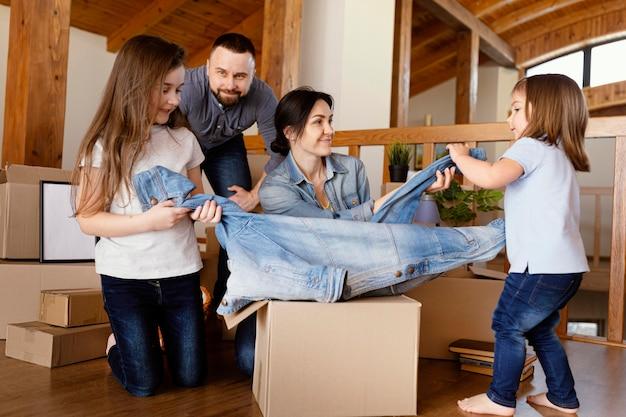 Smiley familienmitglieder halten jacke