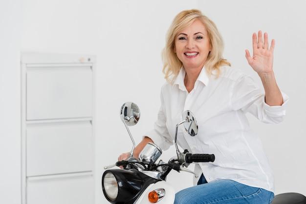 Smiley-frau auf dem motorrad