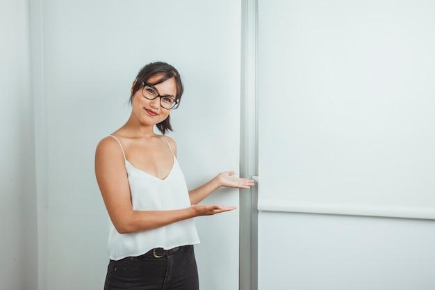 Smiley-frau bei der präsentation mit einem whiteboard