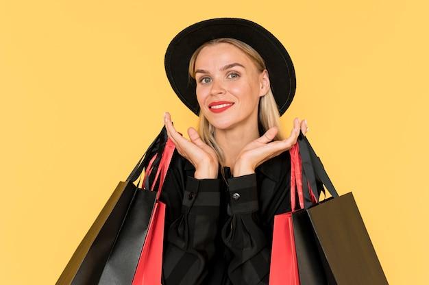 Smiley-frau des schwarzen freitag-verkaufskonzepts, die hüte trägt