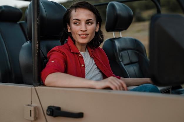 Smiley-frau, die alleine mit dem auto reist